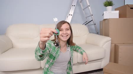 financiamento : Happy woman apartment owner or renter showing keys