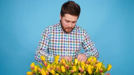 virágárus : Male florist holding wooden box with tulips