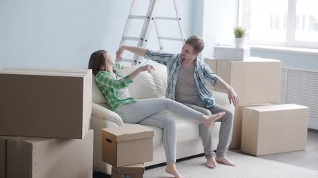 deslocalização : Young happy couple in a new apartment. The concept of buying or rent a new property