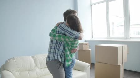 аренда : Young happy couple moved a new apartment Стоковые видеозаписи