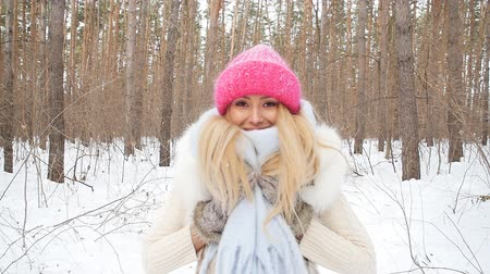 başörtüsü : Young caucasian woman in a winter park or forest Stok Video