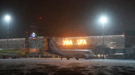 rukojeť : UFA, RUSSIA - APRIL 1, 2018: Ufa International Airport. View to the night winter airfield and airplanes of Aeroflot Airlines. Dostupné videozáznamy