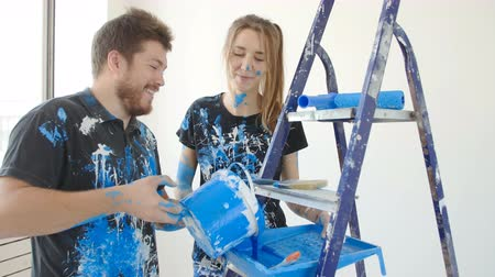 átalakítása : Young happy couple having fun while renovation and painting their flat