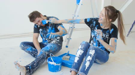 kutilství : Young happy couple having fun while renovation and painting their flat