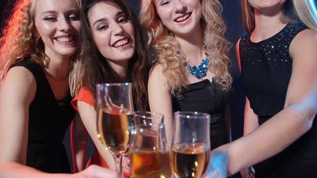 veselí : Concept of holidays and nightlife. Group of young beautiful women with glasses of champagne at a party