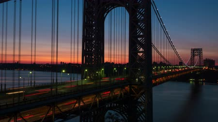 mosty : (Time-lapse) Morning rush hour traffic on the George Washington Bridge crosses the Hudson River between New Jersey and New York just before sunrise. Wideo