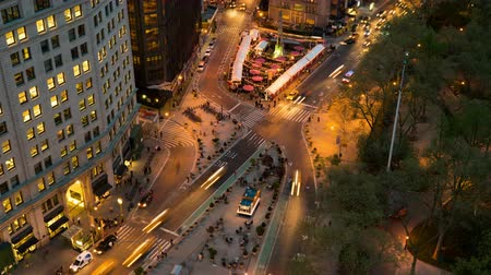 flatiron building : NEW YORK - MAY 7: (Time-lapse) Traffic and pedestrians move through Madison Square at the intersection of 5th Avenue and Broadway at 24th Street at twilight on May 7, 2014 in New York. Stock Footage