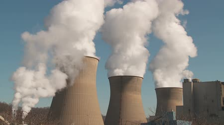 endüstriler : Hyperboloid cooling towers emit steam at the Bruce Mansfield Power Station, a coal-fired power station owned and operated by FirstEnergy on the Ohio River near Shippingport, Pennsylvania.