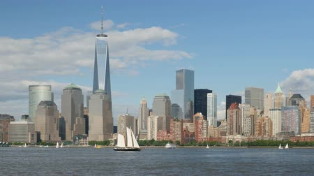 świat : The Freedom Tower rises over the skyline of lower Manhattan in New York City on a spring afternoon.