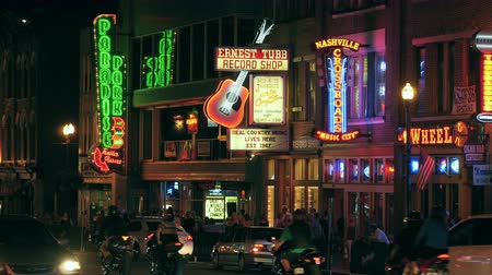sierpien : NASHVILLE - AUGUST 13: People and vehicular traffic travel on Broadway visiting the Honky-tonks and other tourist attractions in The District on August 13, 2015 in Nashville, Tennessee. Wideo