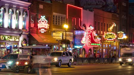 sierpien : NASHVILLE - AUGUST 13: (Time-lapseZoom-in) People and vehicular traffic travel on Broadway visiting the Honky-tonks and other tourist attractions in The District on August 13, 2015 in Nashville, Tennessee.