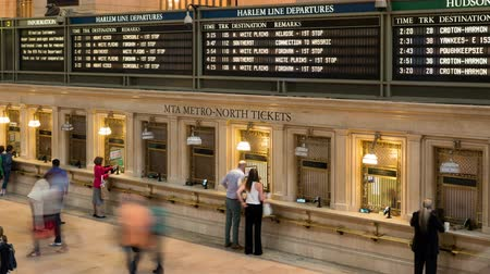 kuzey amerika : NEW YORK - MAY 18: (Time-lapse) Passengers purchase tickets at the Metro-North ticket booths on the main concourse of Grand Central Terminal on May 18, 2014 in New York. Stok Video