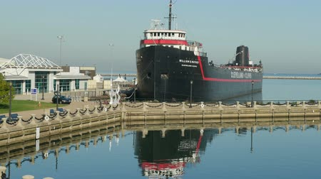 ancorado : CLEVELAND - SEPTEMBER 26: Retired steamship William G. Mather, now serving as a maritime museum, sits anchored at the East Ninth Street Pier on Lake Erie behind the Great Lakes Science Center on September 26, 2014 in Cleveland, Ohio.