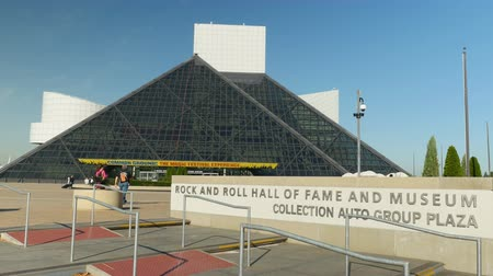 hala : CLEVELAND - SEPTEMBER 26: People head for the entrance of the Rock and Roll Hall of Fame on September 26, 2014 in Cleveland, Ohio.