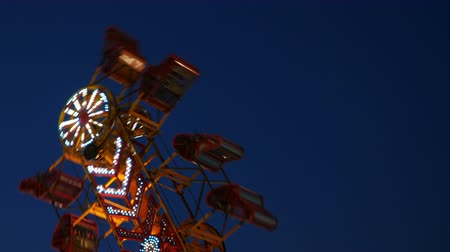 reissverschluss : Die Zipper Karnevalsfahrt dreht sich gegen den Himmel Dämmerung während der 2014 New Jersey State Fair in den Sussex County Fairgrounds in Augusta, New Jersey.