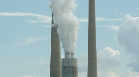 autoridade : Smoke stacks of the coal-burning Kingston Fossil plant emit steam a by-product of electricity generation. The Tennessee Valley Authority plant is located on the Clinch River near Kingston, Tennessee. Stock Footage