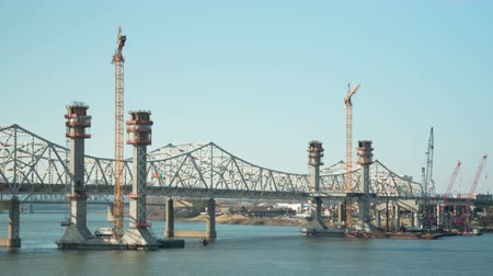 voertuig : (Time-lapse) De bouw vordert op de nieuwe I-65 brug over de rivier de Ohio tussen Louisville en Jeffersonville, Indiana het verkeer kruist de bestaande John F. Kennedy Memorial Bridge op 20 november 2014 in Louisville, Kentucky.
