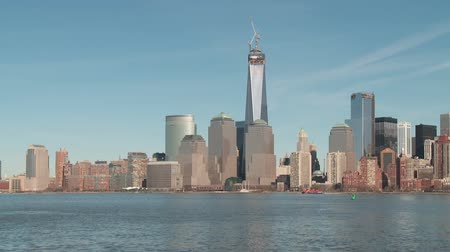 batteria : La Freedom Tower, in costruzione come parte del nuovo complesso del World Trade Center, sorge sopra l'orizzonte di Manhattan a New York City.