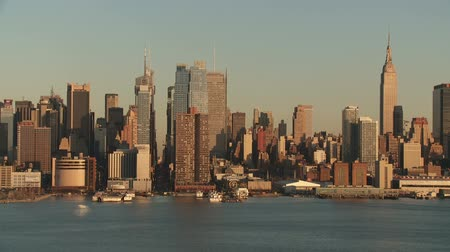 império : A view of the Hudson River and mid-town Manhattan skyline in New York City during late afternoon.
