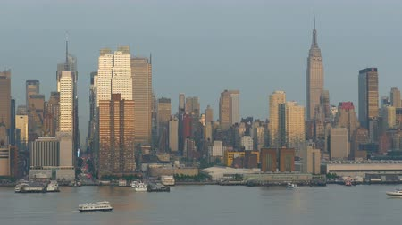 vozidla : Sunlight reflects off the windows of the mid-town Manhattan skyline and the Hudson River during late afternoon shortly after a spring thunderstorm. Dostupné videozáznamy