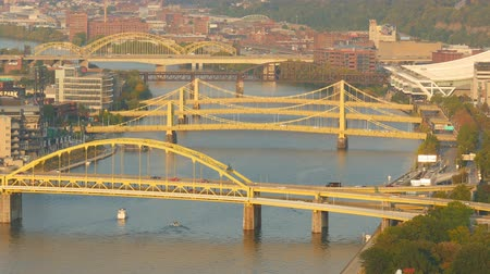samochody : Traffic crosses the Allegheny River bridges between the north shore and downtown Pittsburgh, Pennsylvania. Wideo
