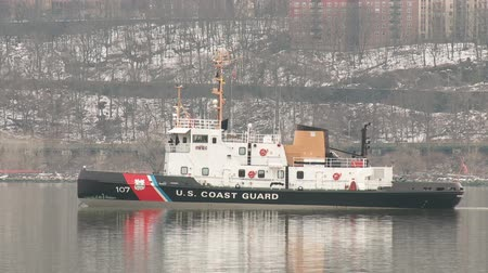 ancorado : NEW YORK - FEBRUARY 13: US Coast Guard Cutter Penobscot Bay, a small icebreaker, sits at anchor on the Hudson River just north of the George Washington Bridge on February 13, 2013 in New York. Vídeos