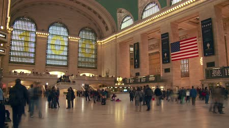 autoridade : NEW YORK - MARCH 10: (Time-lapse) Passengers rush through the main concourse of Grand Central Terminal on March 10, 2013 in New York. The terminal was celebrating its 100th anniversary.