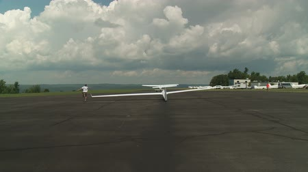 bezmotorové létání : ELMIRA, NY - AUGUST 2: A sailplane is launched via aerotow during the 2013 SSA Region 3 Soaring contest at Harris Hill gliderport on August 2, 2013 in Elmira, New York.