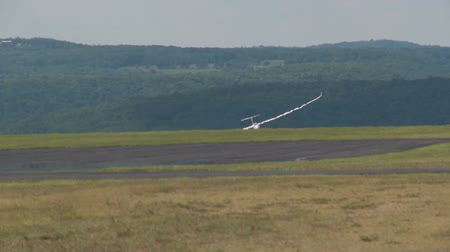 bezmotorové létání : ELMIRA, NY - JULY 31: Pilot David MacKenzie brings his Discus 2cT sailplane in for a landing during the 2013 SSA Region 3 Soaring contest at Harris Hill gliderport on July 31, 2013 in Elmira, New York.