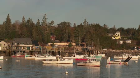 ancorado : BASS HARBOR, ME - OCTOBER 6: Lobster boats sit at anchor in Bass Harbor on October 6, 2013 in Bass Harbor, Maine.