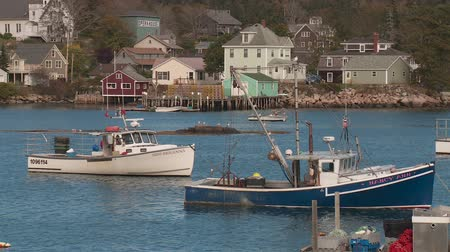 ancorado : STONINGTON, ME - OCTOBER 6: Lobster boats sit at anchor in Stonington harbor on October 6, 2013 in Stonington, Maine.