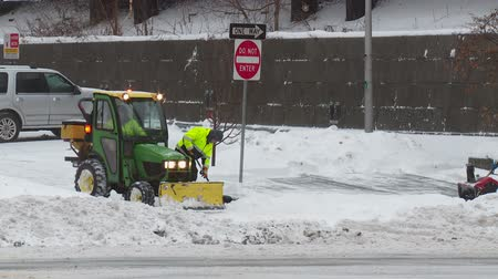 munição : WHITE PLAINS, NY - FEBRUARY 5: Department of Public Works workers clear a municipal parking lot and sidewalks after a heavy snowfall on February 5, 2014 in White Plains. Stock Footage