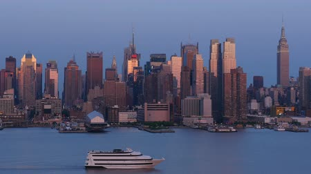 kuzey amerika : NEW YORK - MAY 17: A Cornucopia Cruise Line ship sails south on the Hudson River past the mid-town Manhattan skyline just after sunset on May 17, 2014 in New York.