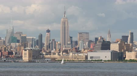 kuzey amerika : NEW YORK - MAY 31: Panning view of the midtown Manhattan skyline, including the Empire State Building, on a sunny afternoon May 31, 2014 in New York.