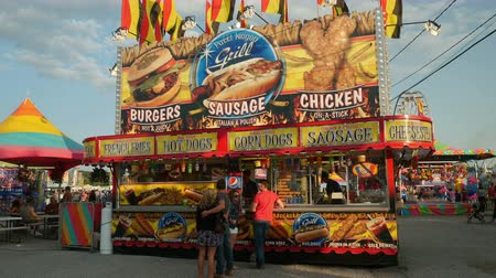 картофель фри : AUGUSTA, NJ - AUGUST 6: People stop at one of the concession stands on the midway during the New Jersey State Fair on August 6, 2014 at the Sussex County Fairgrounds in Augusta, New Jersey