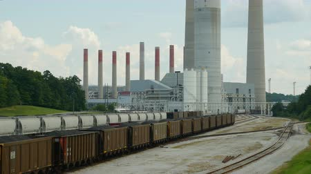 kuzey amerika : HARRIMAN, TN - SEPTEMBER 6: Hopper cars sit in the rail yard of the coal-burning Kingston Fossil plant, ready to bring in coal and take out by-products on September 6, 2014 in Harriman, Tennessee.