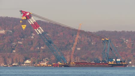 esquerda : TARRYTOWN, NY - NOVEMBER 11: The I Lift NY super crane sits in the Hudson River ready for its next task in the construction of the new Tappan Zee Bridge on November 11, 2014 in Tarrytown.