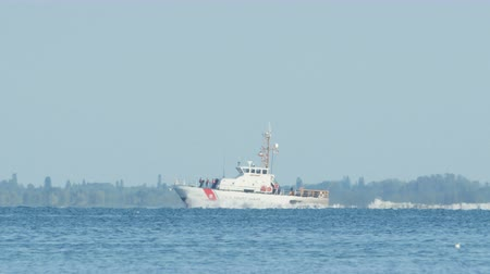 tampa bay : ST. PETERSBURG, FL - APRIL 22: USCGC Marlin, a Marine Protector-class coastal patrol boat, moves through Tampa Bay on April 22, 2015 in St. Petersburg. Stock Footage