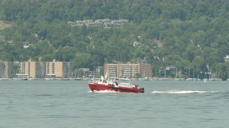 kuzey amerika : TARRYTOWN, NY - SEPTEMBER 15: A crew boat approaches the construction site of the New Tappan Zee Bridge over the Hudson River between Westchester and Rockland counties on September 15, 2015 in Tarrytown.