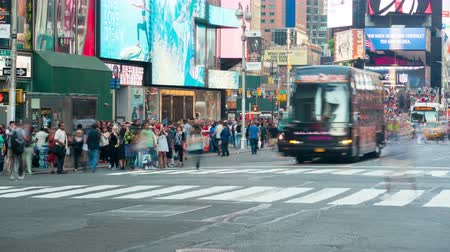 fussgänger : NEW YORK - 19. September: (Time-lapse) Fußgänger und Touristen durchqueren die interestion von 44th Street und Broadway am Times Square und am 19. September 2015 in New York. Videos