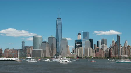 núpcias : NEW YORK - MAY 8: (Time-lapse) Louis Vuitton Americas Cup World Series team catamarans race on the Hudson River course surrounded by spectator boats, with the Freedom Tower and lower Manhattan skyline in the background on May 8, 2016 in New York.