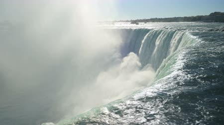 ток : Water from the Niagara River flows over Horseshoe Falls in Niagara Falls, Ontario, Canada.