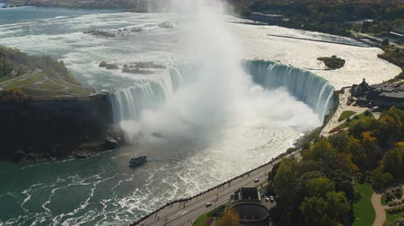 ток : An aerial view of Horseshoe Falls and fall foliage on the Niagara River in Niagara Falls, Ontario, Canada. Стоковые видеозаписи