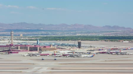vysoký úhel pohledu : PARADISE, NV - AUGUST 8: (Time-lapseZoom-in) Airplanes take-off and land at McCarran International Airport in a tilt-shift miniature effect view on August 8, 2017 in Paradise (Las Vegas).