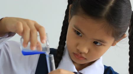 kísérlet : Little Asian student girl making science experiments. Education. Stock mozgókép