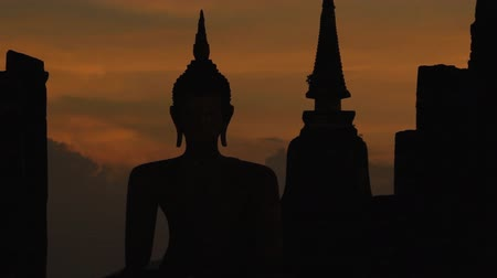 délkelet Ázsia : Zoom out Buddha and temple at Sunset, Temple of Sukhothai province in Thailand.