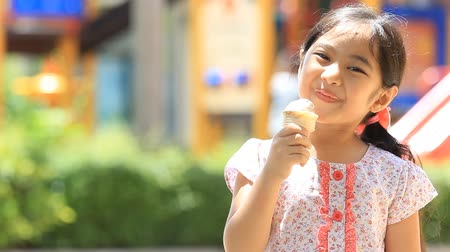 льдом : Happy Asian child enjoy eating icecream Стоковые видеозаписи