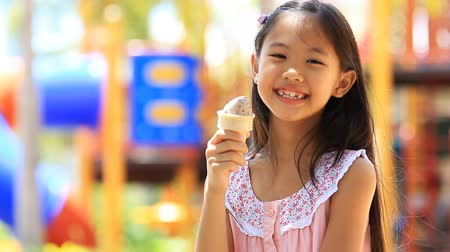 dondurma : Happy Asian child enjoy eating icecream Stok Video