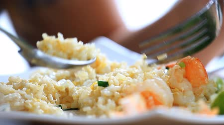 delicioso : Eating delicious shrimp fried rice