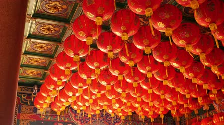 ano novo chinês : 4K Video : Chinese paper lanterns in the temple on Chinese new year celebration Vídeos